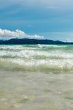 Ozeansommertagesansicht mit blauem Meer und Himmel mit weißen Wolken Stockbild