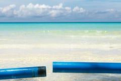 Ozeansommertagesansicht mit blauem Meer und Himmel mit weißen Wolken Stockfotos