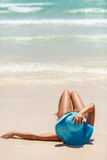 Ozeansommertagesansicht mit blauem Meer und Himmel mit weißen Wolken und Mädchen im blauen Hut Lizenzfreie Stockbilder