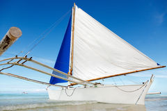 Ozeansommertagesansicht mit blauem Meer und Himmel mit weißen Wolken und weißem Segelboot Stockbild