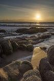 Ozeansonnenaufgang mit Felsen Lizenzfreie Stockfotos