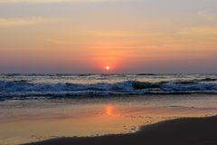 Ozeansonnenuntergang in einem bewölkten Himmel stockfotografie