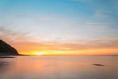 Ozeanstrand am Sonnenaufgang Lizenzfreie Stockfotos