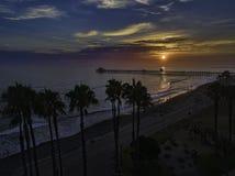 Ozeanufer-Pier bei Sonnenuntergang Stockfoto