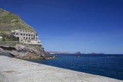 Ozeanufer und altes Fort in Machico Stockfoto