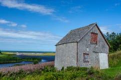 Ozeanufer verwitterte Scheune, Prinz Edward Island lizenzfreie stockfotografie