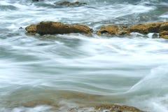 Ozeanwasser, das über Riff hetzt Stockfotografie