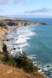 Ozeanwellen entlang Küste Stockbilder