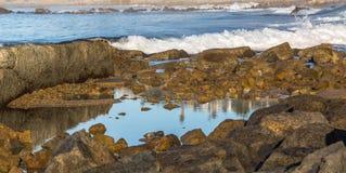 Ozeanwellen und -felsen stockbild
