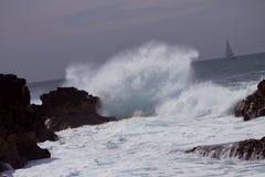 Ozeanwellenspritzen stockfotos