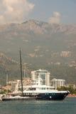 Ozeanyacht auf dem Kai in Budva, Montenegro Stockfotos