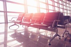 ozhidanidaniya飞行的位子在日落的机场 免版税库存图片