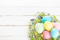 Łozinowy gniazdeczko z Easter jajkami Obrazy Royalty Free
