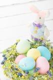Łozinowy gniazdeczko z Easter jajkami Zdjęcia Stock