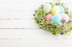 Łozinowy gniazdeczko z Easter jajkami Obraz Royalty Free
