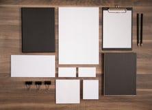 Oznakować mockup kolekcję na brown drewnianym biurku Obraz Stock