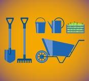 A pá, ancinho, cubeta, polvilha e carrinho de mão e caixa de madeira com as maçãs para o jardim Ajuste jardinando Ilustração lisa Fotografia de Stock