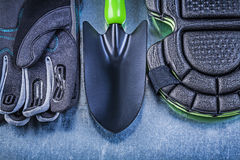 Pá de mão de jardinagem dos protetores do joelho das luvas da segurança em metálico Foto de Stock Royalty Free