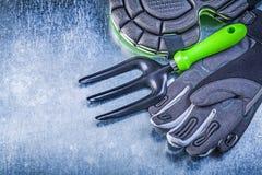 A pá de pedreiro de jardinagem dos protetores do joelho das luvas da segurança bifurca-se em metálico Imagem de Stock