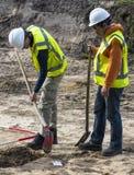 Pá do homem da escavação dois Fotografia de Stock Royalty Free