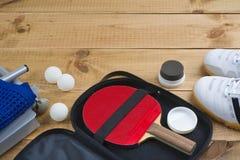 Pá do tênis de mesa no caso aberto com o outro equipamento imperativo foto de stock