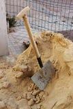 Pá e areia Fotos de Stock