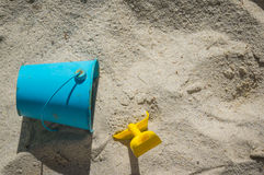 Pá e balde na areia Foto de Stock Royalty Free