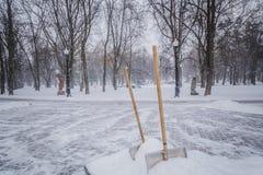 Pá na neve na natureza imagens de stock royalty free