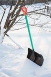 A pá para a limpeza da neve cola para fora imagem de stock