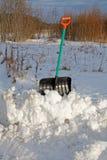 A pá para a limpeza da neve cola para fora imagens de stock royalty free