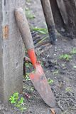 Pá pequena para jardinar com punho de madeira foto de stock