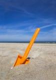 Pá plástica alaranjada do beache Fotografia de Stock Royalty Free