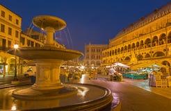 Pádua - delle Erbe da praça no crepúsculo da manhã com o mercado e o dalla Ragione de Palazzo Fotos de Stock