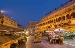 Pádua - delle Erbe da praça no crepúsculo da manhã com o mercado e o dalla Ragione de Palazzo Fotografia de Stock