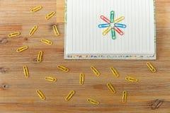 Página abierta creativa del cuaderno, clips coloridos Fondo de madera A Foto de archivo libre de regalías