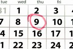 A página branca do calendário com data circundou no vermelho fotografia de stock