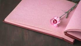 Página cor-de-rosa do álbum de fotografias do vintage com única flor fotos de stock