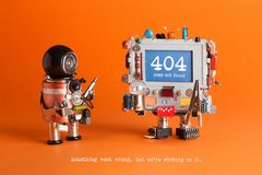 página de 404 erros não encontrada Robô do recruta com chave de fenda, mensagem de advertência do computador robótico na tela azu Fotos de Stock Royalty Free