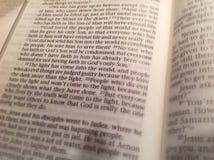 Página de la biblia del 3:16 de Juan Imagenes de archivo
