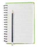 Página de papel de la derecha del cuaderno con el lápiz en el fondo blanco Imagenes de archivo
