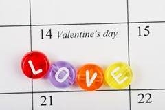Página del calendario con AMOR el 14 de febrero Fotos de archivo libres de regalías