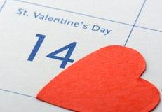 Página del calendario con el corazón rojo Foto de archivo