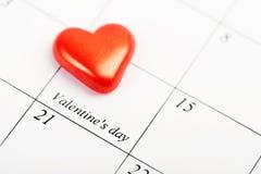 Página del calendario con los corazones rojos el 14 de febrero Foto de archivo libre de regalías