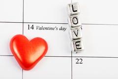 Página del calendario con los corazones rojos el 14 de febrero Imágenes de archivo libres de regalías