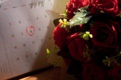 Página del calendario con un punto culminante escrito mano roja del corazón en Februar Fotos de archivo libres de regalías