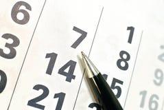 Página del calendario y pluma negra fotografía de archivo libre de regalías