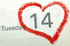 Página del cuaderno del calendario con un punto culminante escrito mano roja o del corazón Imágenes de archivo libres de regalías