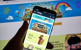 Página del día de la prima del Amazonas en la aplicación móvil Imagen de archivo