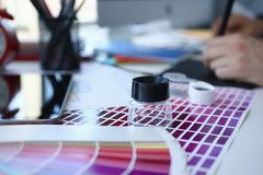 Página del papel de impresión de prueba con la cola de milano y la lupa del diseño de la prueba del color fotos de archivo libres de regalías