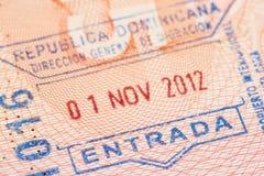 Página del pasaporte con el sello de la entrada del control de la inmigración de la República Dominicana imagen de archivo